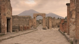 the-streets-of-pompeii-with-vesuvius-in-the-background_773808